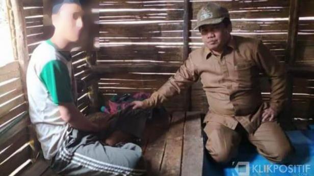 Wakil Bupati Ferizal Ridwan (kanan) bersama Em yang mengalami gangguan jiwa sejak 2 tahun terakhir
