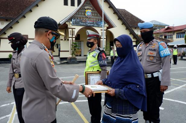 Kapolres Bukittinggi serahkan penghargaan kepada Sri Herlina
