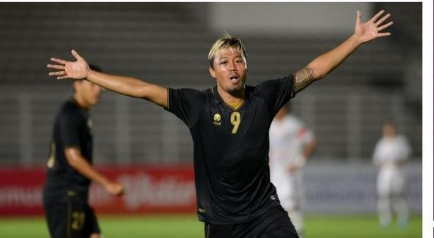 Pesepakbola Timnas Indonesia U-23, KH Yudo berselebrasi usai menjebol gawang Bali United dalam pertandingan uji coba di Stadion Madya Gelora Bung Karno, Jakarta, Minggu (7/3/2021) malam