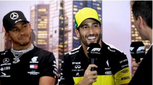 Pebalap Renault Daniel Ricciard (tengah)