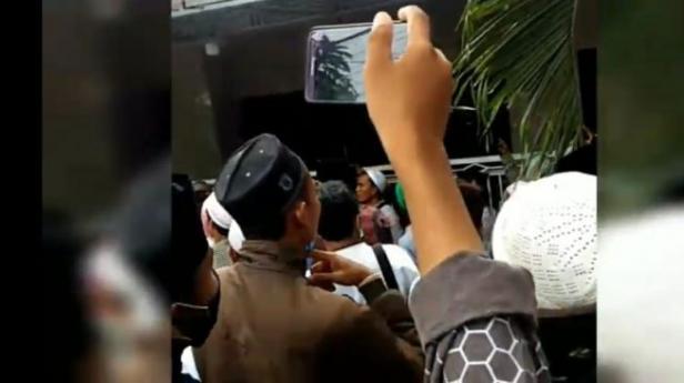angkap layar video rumah Menko Polhukam Mahfud MD di Madura digeruduk massa berpeci putih.