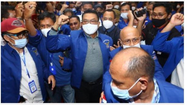 Moeldoko (tengah) tiba di lokasi Kongres Luar Biasa (KLB) Partai Demokrat di The Hill Hotel Sibolangit, Deli Serdang, Sumatera Utara, Jumat (5/3/2021).