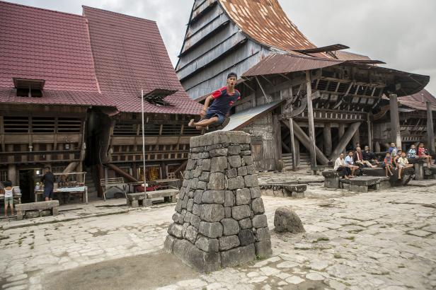 Ryan Wau melesat di atas batu purba, memperagakan Hombo Batu atau meloncati batu yang menjulang tinggi