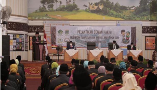 Menag Fachrul Razi saat melantik Dewan Hakim Musabaqah Tilawatil Quran (MTQ) Nasional ke-28 di Padang, Sabtu (14/11).