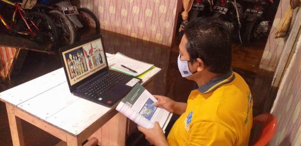 Guru di Kalimantan Selatan tetap mengajar secara daring meski rumahnya kebanjiran
