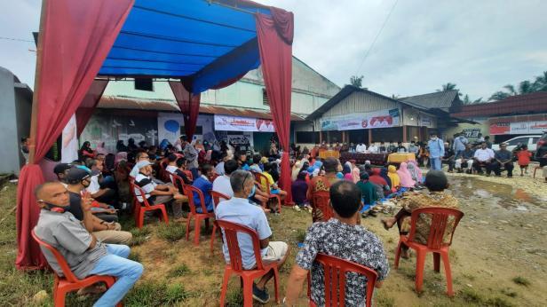 Kegiatan Calon Bupati Dharmasraya Sutan Riska Tuanku Kerajaan saat penyampaian aspirasi di hadapan masyarakat Nagari Sungai Kambut, Kecamatan Pulau Punjung pada Senin 16 November 2020.