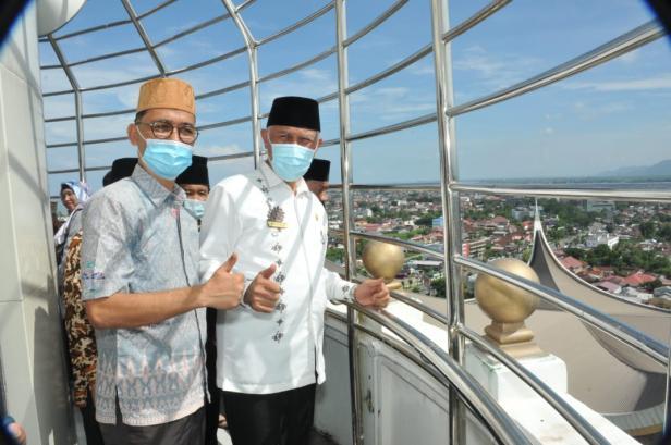 Menara Masjid Raya Sumatera Barat (Sumbar)  setinggi 85 meter dibuka secara resmi oleh Gubernur Sumbar Buya Mahyeldi, mulai hari, Jum'at (30/4/2021) ini dibuka untuk umum.