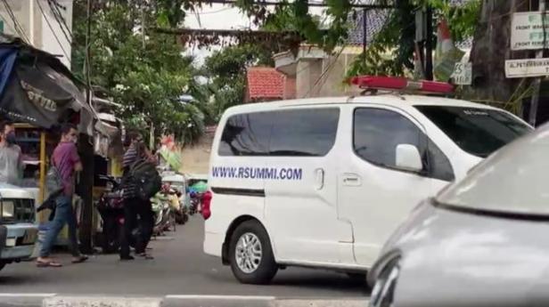 Mobil ambulans RS UMMI Bogor melintas di Jalan Petamburan III, Jakarta Pusat yang mengarah ke rumah petinggi FPI Rizieq Shihab pada Senin (30/11/2020)