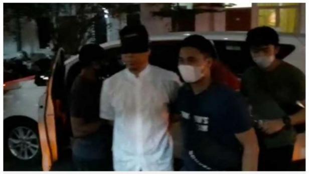 Munarman tiba di Rutan Narkoba Polda Metro Jaya pada Selasa malam (27/4/2021) dengan dikawal oleh petugas kepolisian.