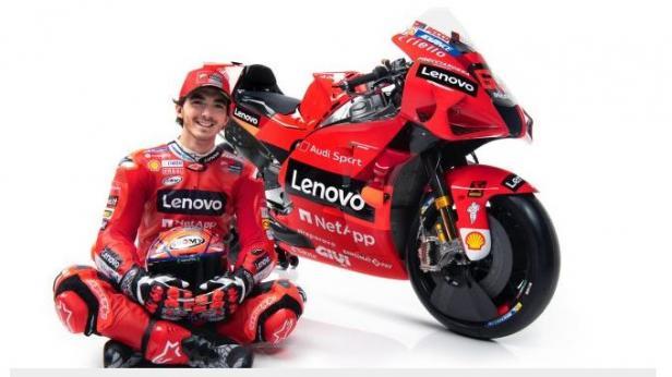 Pebalap tim pabrikan Ducati, Francesco Bagnaia berpose dengan motor Desmosedici GP21.