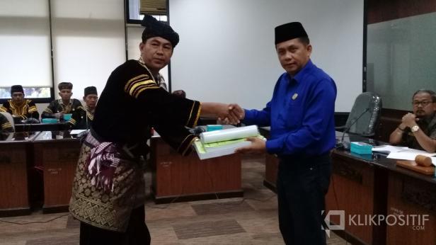 Penyerahan tuntutan tertulis ke pihak DPRD Sumbar dari Niniak Mamak di tiga kecamatan di Kab Sijunjung