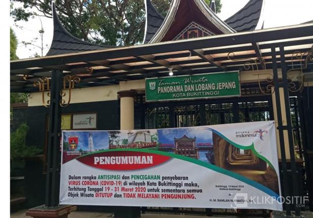 Pengumuman penutupan objek wisata di salah satu pintu masuk Taman Panorama Bukittinggi