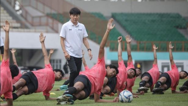 Shin Tae Yong Pantau Latihan Perdana Timnas U19