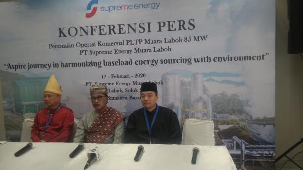 Founder dan Chairman PT Supreme Energy Supramu Santosa (tengah) didampingi CEO PT Supreme Energy Nisriyanto (kanan) saat memberikan keterangan pers usai peresmian operasi komersil PLTP Muaralaboh