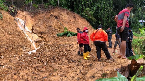 Relawan TRC Semen Padang saatbberada di lokasi longsor di Jalan Koto Kaciak, Padang Selatan