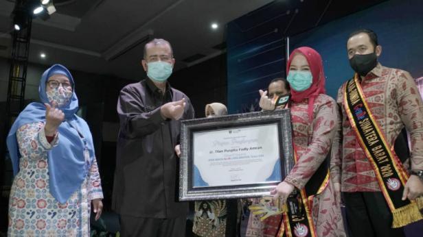 Penghargaan bergengsi di tingkat provinsi  tersebut diserahkan langsung Wakil Gubernur Sumbar Drs. H. Nasrul Abit saat kegiatan GenRe Awards Sumatera Barat (Sumbar) Tahun 2020.