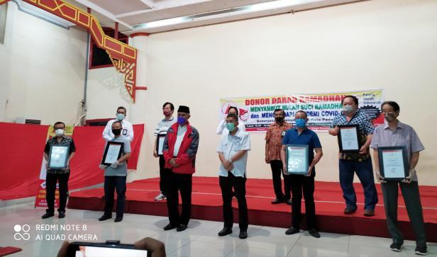 Walikota Padang Mahyeldi Ansharullah foto bersama petinggi perusahaan yang ikut mendukung kegiatan Donor Darah Ramadan 2020 di GOR HBT Padang