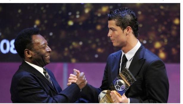 Legenda sepakbola Brasil, Pele (kiri) dan Cristiano Ronaldo berjabat tangan dalam acara Penghargaan pesepakbola dunia FIFA tahun 2008 pada 12 Januari 2009 di Zurich.