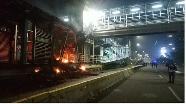 Halte TransJakarta Sarinah dibakar.
