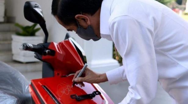 Sepeda motor listrik milik Presiden Joko Widodo (Jokowi) yang ditandatangani Presiden telah laku terjual senilai Rp2,5 miliar dalam acara konser amal virtual pada Minggu (17/5/2020).