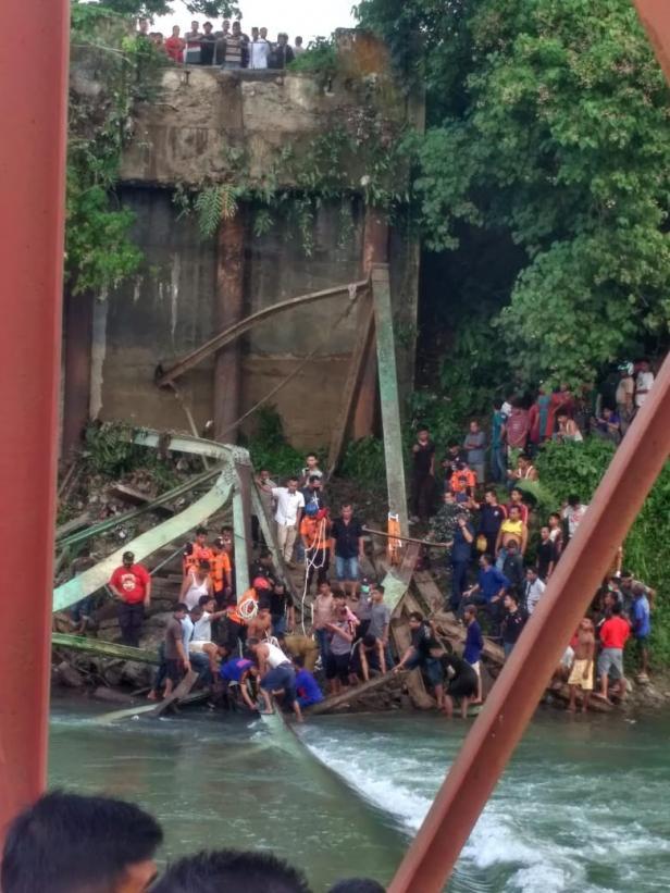 Jembatan ambruk di lokasi kejadian