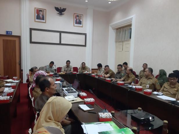 Gubernur Irwan Prayitno saat memipin rapat dengan Kepala OPD di lingkup Pemprov Sumbar, Senin (20/1) di Istana Gubernur