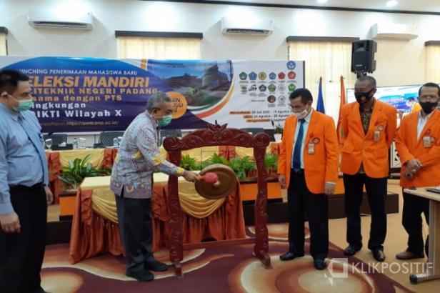 Kepala LLDIkti Wilayah X Prof. Herri, SE,MBA,memukul gong tanda dilounchingnya penerimaan mahasiswa baru seleksi mandiri PNP bersama 15PTS.