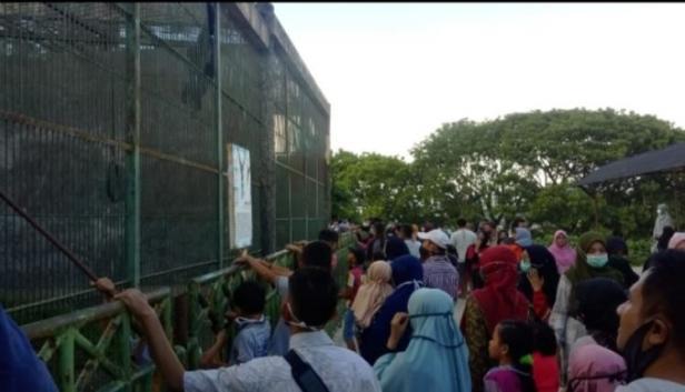 penumpukan wisatawan di Taman Marga Satwa dan Budaya Kinantan (TMSBK).