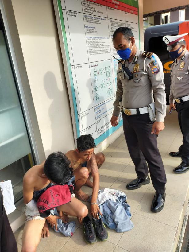 Dua Penjambret Handphone saat Digelandang ke Mapolresta Padang