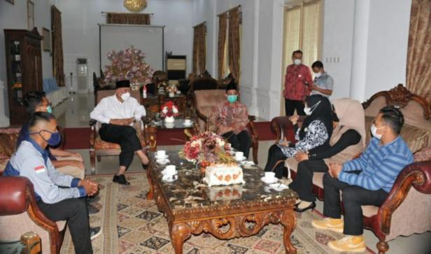Peserta muhibah budaya dan festival jalur rempah 2021 didampingi Kadis Kebudayaan Gemala Ranti bertemu Gubernur Sumatera Barat Mahyeldi Ansharullah di Padang, Kamis (1/7).