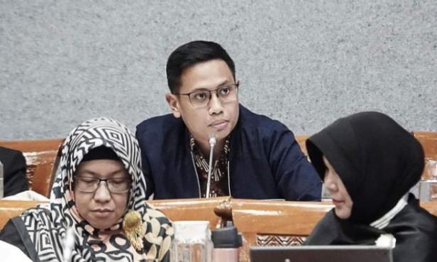 Anggota Komisi X DPR RI Bramantyo Suwondo (tengah