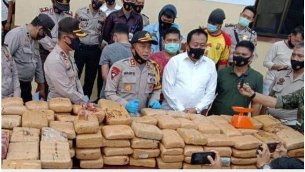 Kapolres Empat Lawang, AKBP Wahyu saat memberi keterangan pers pasca menggagalkan penyelundupan 748 kilogram ganja kering, Senin (28/9)