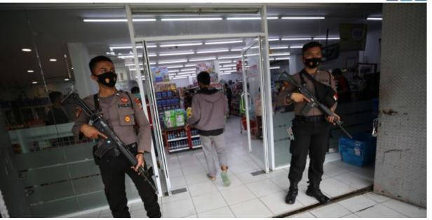 Aparat Kepolisian dari Satuan Samapta Polda Sulawesi Tengah melakukan pendampingan pengamanan kegiatan jual beli toko retail dan SPBU di wilayah Martadinata, Mamuju, Sulawesi Barat (Sulbar), Selasa (19/1).