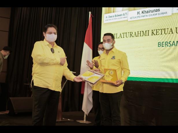 Ketua umum DPP Partai Golkar Airlangga Hartarto Menyerahkan Dua Penghargaan kepada Zigo Rolanda