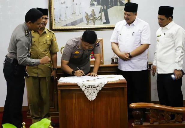 Kapolres Solok Kota, AKBP Ferry Suwandi menandatangani NPHD untuk pengamanan Pilkada 2020.
