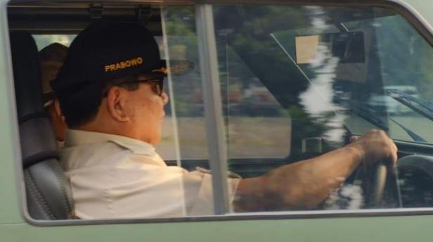 Gaya Menteri Pertahanan Prabowo Subianto saat jajal Rantis Maung