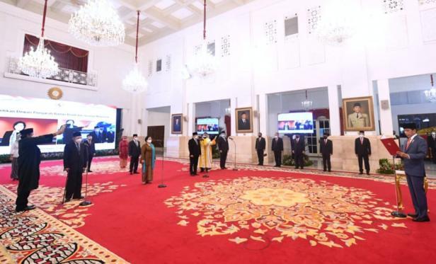 Presiden Joko Widodo melantik dan mengambil sumpah jabatan Dewan Pengarah Badan Riset dan Inovasi Nasional (BRIN) di Istana Negara, Jakarta, pada Rabu, 13 Oktober 2021.