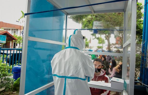 Masyarakat antre untuk melakukan tes PCR Swab