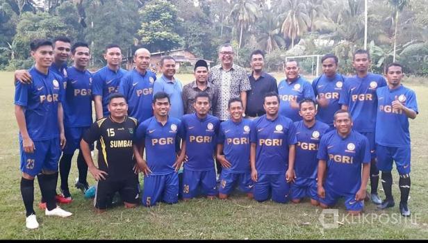 Riza Falepi bersama salah satu tim sepak bola di Payakumbuh
