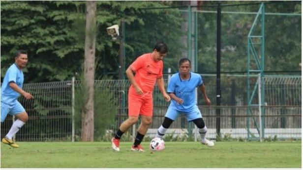 Ricky Yakobi sebelum terjatuh saat bermain bola di Senayan, Jakarta, Sabtu