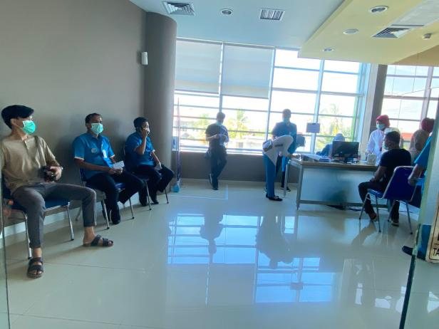 Tenaga medis di SPH sedang menunggu giliran untuk divaksin