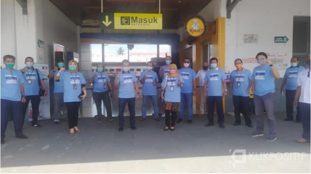 Foto bersama Satgas Bencana BUMN Sjmbar dalam kegiatan penyaluran 10.000 masker untuk masyarakat, Selasa (27/10)