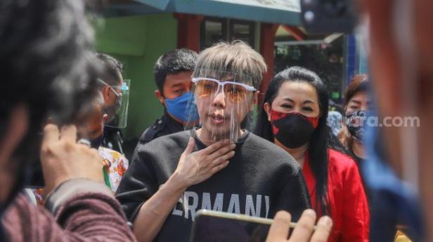 Presenter Roy Kiyoshi bertemu awak media saat keluar dari Rumah Sakit Ketergantungan Obat (RSKO) usai menjalani masa rehabilitasi selama 5 bulan di Cibubur, Jakarta Timur, Selasa (6/10).
