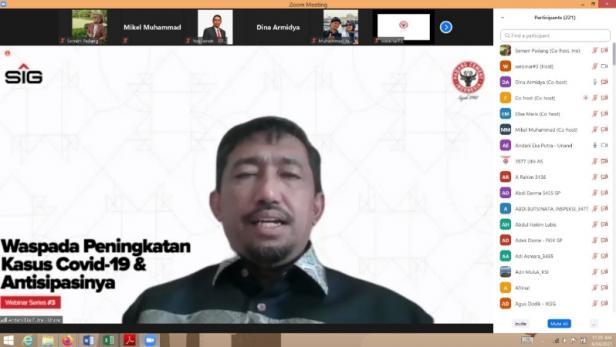 Tangkapan layar aplikasi zoom saat webinar yang digekar Semen Padang dengan menghadirkan Kepala Laboratorium Diagnostik dan Riset Terpadu Penyakit Infeksi Fakultas Kedokteran Universitas Andalas Dr. dr. Andani Eka Putra, M.Sc sebagai pemateri.