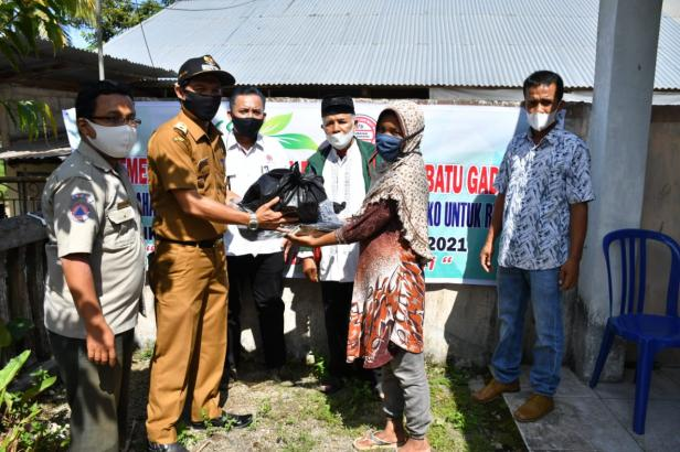 Lurah Batu Gadang menyerahkan bantuan paketboendidikan dari Semen Padang kepada salah seorang wali murid siswa ya g berasal dari RTM di Batu Gadang.