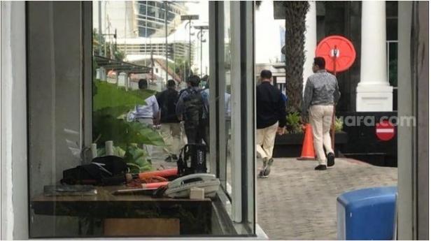 Rombongan penyidik KPK saat menggeledah kantor Menteri KKP Edhy Prabowo setelah ditangkap.