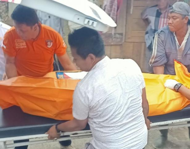 Tim Polres Padang Panjang Saat Mengevakuasi Korban