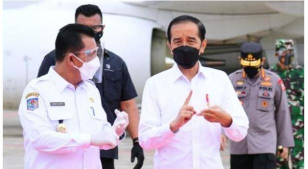 Presiden Joko Widodo atua Jokowi tiba di Kepulauan Riau lewat Bandara Raja Haji Fisabilillah, Rabu (19/5/2021).