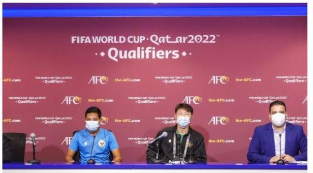 Pelatih Timnas Indonesia, Shin Tae-yong bersama gelandang sekaligus kapten tim Evan Dimas saat jumpa pers sehari jelang melawan Thailand di ajang Kualifikasi Piala Dunia 2022 zona Asia