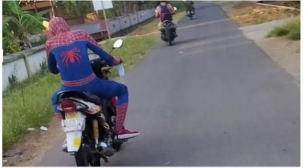 Sosok spiderman naik motor menjadi sorotan warganet